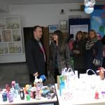"""Predstavnici Ekološkog pokreta ,,OZON"""" i nastavnici OŠ ,,Pavle Rovinski"""" na eko bazaru (Foto: Mladen Ivanović)"""