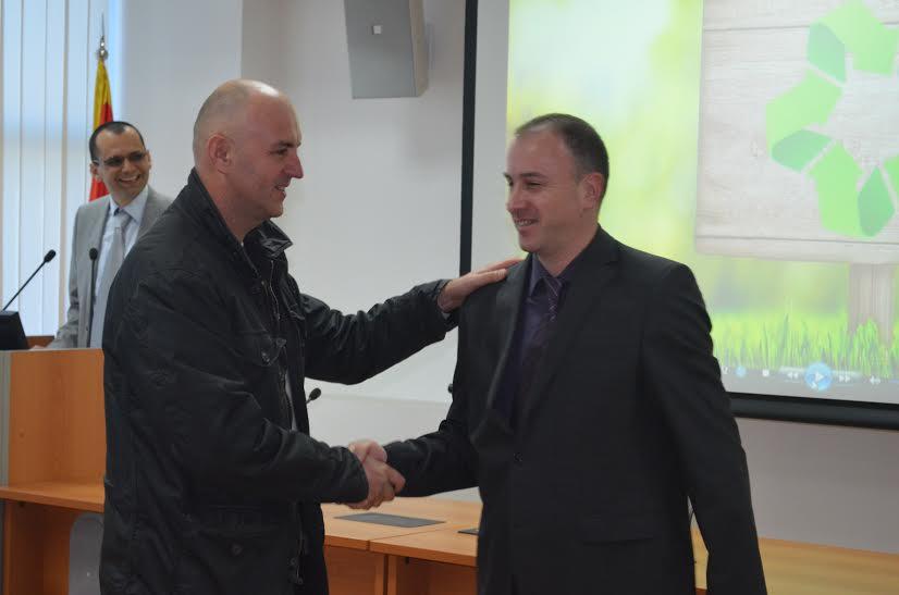 Gospodin Zlatko Vujotić iz Krila Podgorice prima čestitke od direktora Ozona