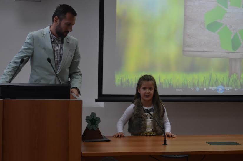 Najmlađa dobitnica Lara Majer sa ocem Igorem
