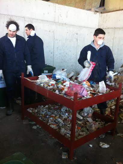Detalj procesa analize čvrstog komunalnog otpada u reciklažnom dvorištu Deponije doo