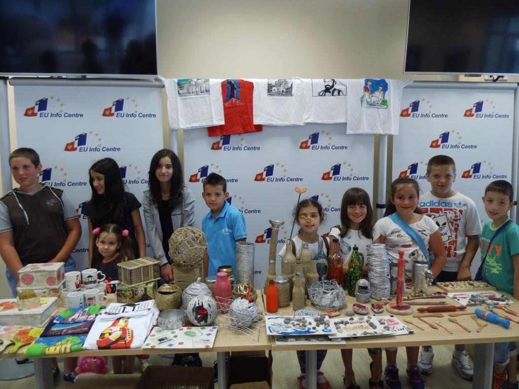 """Učenici OŠ ,,Luka Simonović"""" sa eksponatima koje su uradili od otpada (Foto:  Jasmina Rojević)"""