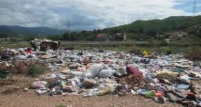 Divlje deponije neposredno uz korito rijeke Gračanice