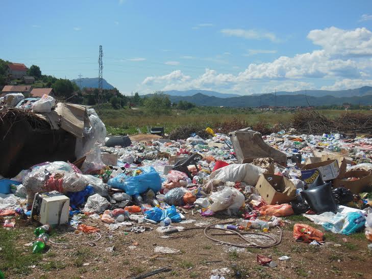 Divlja deponija u blizini rijeke Gračanice (Foto: Svetlana Mandić)