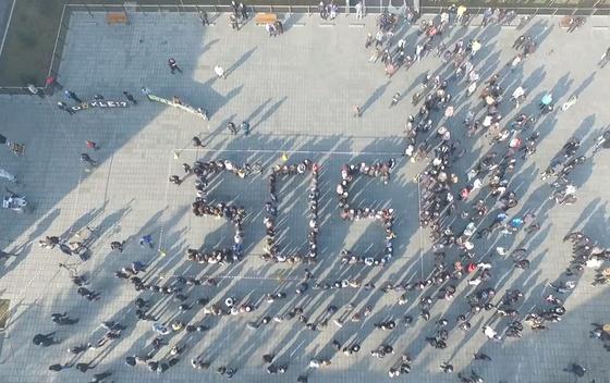 Učesnici velike građanske akcije svojim tijelima ispisali međunarodni kod za pomoć  S.O.S.