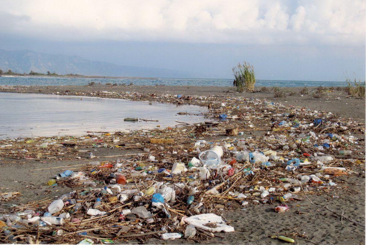 Detalj iz Ulcinja - Pobjednička fotografija morskog otpada autora Dželala Hodžića
