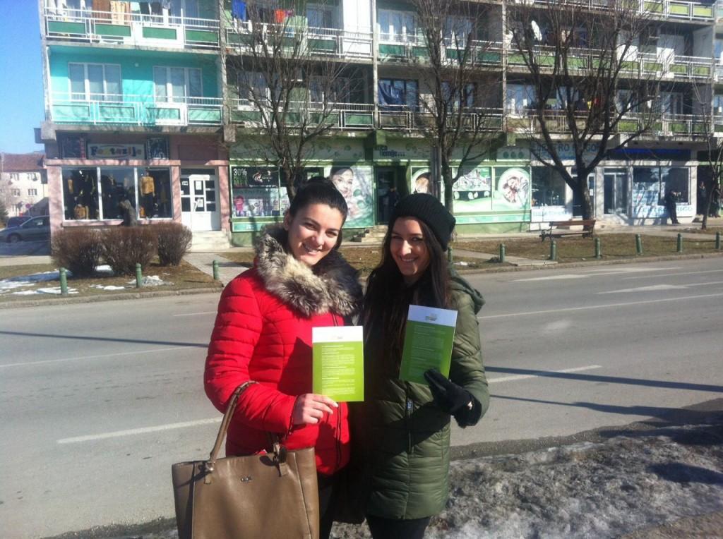Mladim ljudima podijelene edukativne  brošure na više lokacija u urbanom jezgru Nikšića (Foto: OZON tim)
